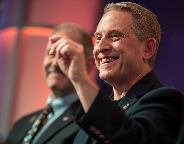 Photo of Alan Stern at a speaking engagement.